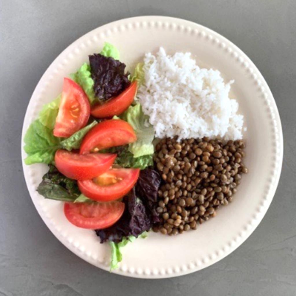 Plato ideal: ¼ carbohidratos (lentejas), ¼ proteinas (pollo) y ½ de verduras