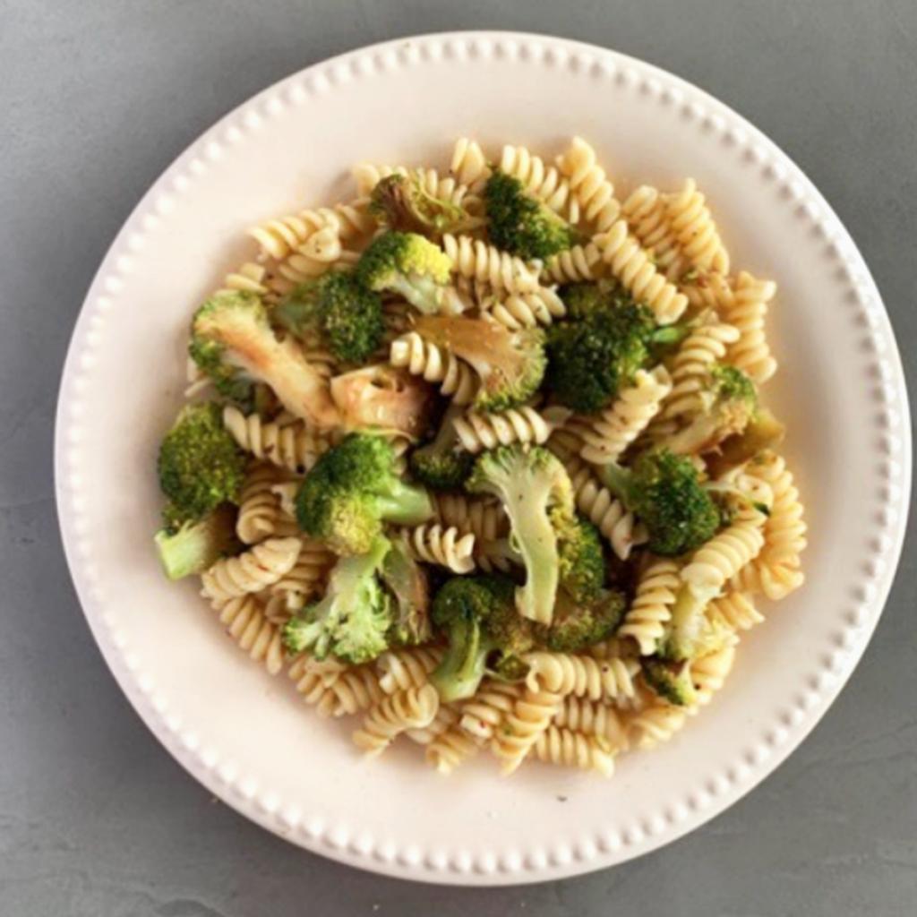 Mitad del plato verduras + mitad del plato hidratos de carbono.