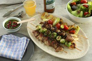 Pinchos de pollo, bondiola y vegetales a la parrilla