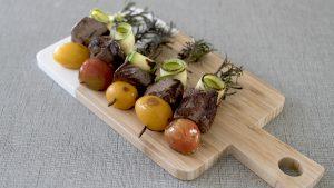 Pinchos de lomo con tomate y zucchini