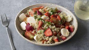 Ensalada con frutillas, tomates y pesto
