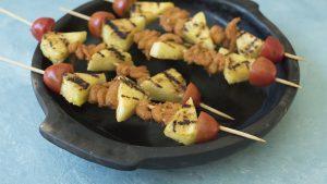 Pinchos de camarones y ananá