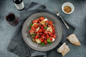 Ensalada fresca de cherry y frutillas