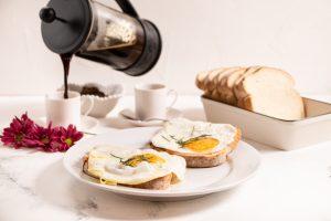 Tostada con Tomate, Huevos Fritos y Pimentón Dulce